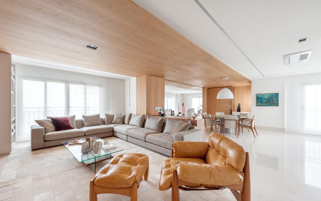 CASA VOGUE | Apartamento minimalista tem living amplo e muita luminosidade.